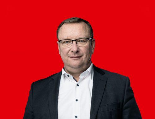 Uwe Schmidt - roter Hintergrund mit Farbfoto