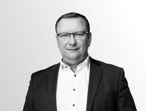 Uwe Schmidt, MdB - schwarz weiß auf grauem HIntergrund